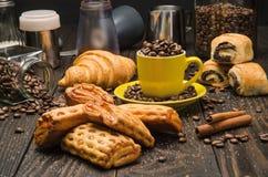 咖啡和酥皮点心 免版税库存照片