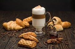 咖啡和酥皮点心 库存图片