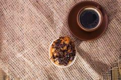 咖啡和鲜美杯形蛋糕 免版税图库摄影