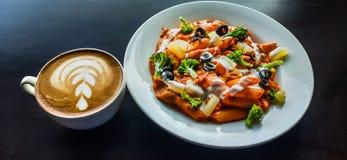 咖啡和鲜美面团在一张桌上在餐馆 库存图片