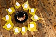 咖啡和黄色叶子 免版税库存图片