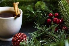 咖啡和cinamon在圣诞节装饰 库存照片