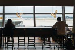 咖啡咖啡馆在国际机场 免版税库存照片
