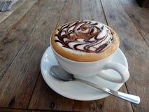 咖啡因装满的热的热奶咖啡 图库摄影