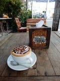 咖啡因装满的热的热奶咖啡 库存照片