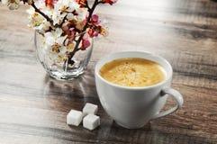 咖啡在一个木桌特写镜头的 免版税库存照片