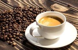 咖啡在一个木老委员会的 免版税图库摄影
