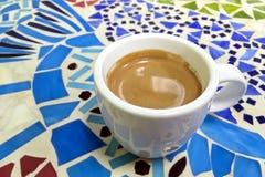 咖啡在一个白色杯子的在马赛克桌上 库存照片