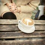 咖啡在一张木桌上的拿铁 库存照片