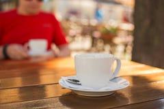 咖啡在一张桌上的在一个室外咖啡馆 免版税库存照片