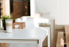 咖啡在一张桌上的在咖啡馆,咖啡在内部的 免版税库存照片