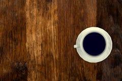 咖啡在一张老木桌上服务 o 复制和插入的文本空的空间 库存照片