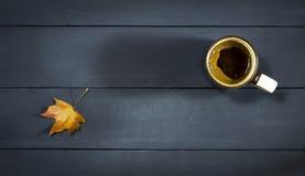 咖啡在一张蓝色木桌上的 库存照片