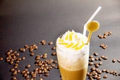 咖啡在上面和豆的饮料奶油在黑背景 免版税库存图片