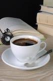 咖啡在书中的 免版税库存图片