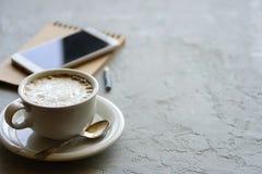 咖啡在书桌或工作区上的 免版税库存照片