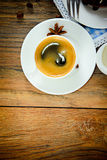 咖啡在伍迪背景的在减速火箭的葡萄酒 免版税库存图片