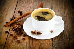咖啡在伍迪背景的在减速火箭的葡萄酒 免版税库存照片