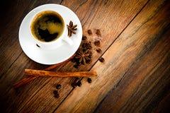 咖啡在伍迪背景的在减速火箭的葡萄酒 库存照片
