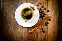 咖啡在伍迪背景的在减速火箭的葡萄酒 库存图片