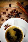 咖啡在伍迪背景的在减速火箭的葡萄酒 免版税图库摄影