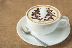 咖啡在咖啡店的拿铁艺术 免版税库存照片