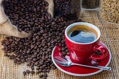 咖啡在咖啡豆背景的在木 库存照片