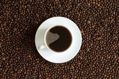 咖啡在咖啡豆背景的 免版税库存图片