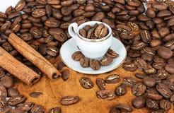 咖啡在咖啡豆背景的 免版税库存照片
