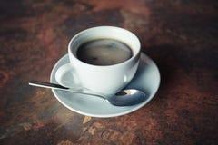 咖啡在土气桌上的 库存图片