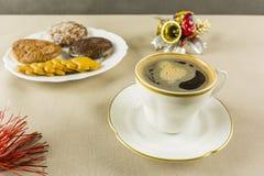 咖啡在圣诞节和姜饼的一个白色杯子服务在Th 免版税图库摄影