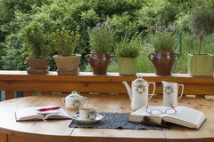 咖啡在大阳台的,放松与书 库存图片