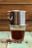 咖啡在小金属法国滴水过滤器酿造了 库存图片