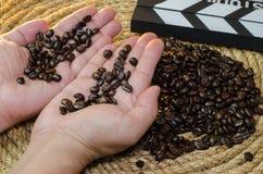 咖啡在手中在黄麻绳索 免版税库存照片