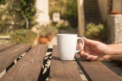 咖啡在早晨庭院里 库存图片