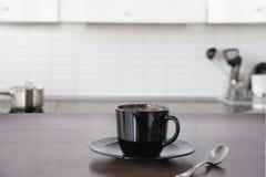 咖啡在木板的 作为背景的被弄脏的厨房 免版税库存照片