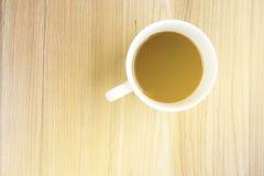 咖啡在木桌上的与从窗口的阳光 库存图片