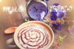 咖啡在木桌上的拿铁艺术 免版税库存图片