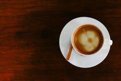 咖啡在木桌,顶视图上的 图库摄影