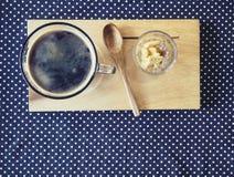 咖啡在木盘子木匙子的用薄脆饼干 库存照片