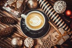 咖啡在木背景的和新年玩具 库存图片