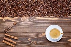 咖啡在木背景的用咖啡豆 免版税库存照片
