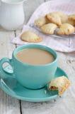 咖啡在木背景的用牛奶和苹果饼 免版税库存照片