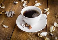 咖啡在木背景,装饰的干芳香设备部件的 免版税库存照片