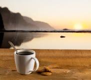 咖啡在木表的由海洋 免版税库存照片