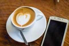咖啡在杯子的拿铁艺术 库存照片