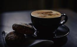 咖啡在桌上的用姜饼 免版税库存照片