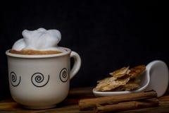 ??1?? 咖啡在老木头的 免版税库存图片