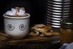 ??1?? 咖啡在老木头的 免版税图库摄影