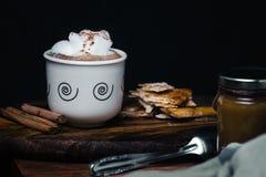 ??1?? 咖啡在老木头的 库存图片